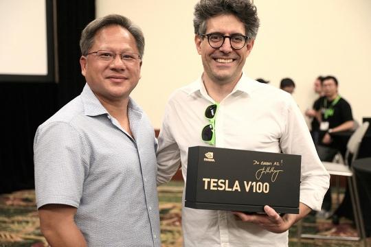 Жэнь-Сунь Хуан вручает Tesla V100
