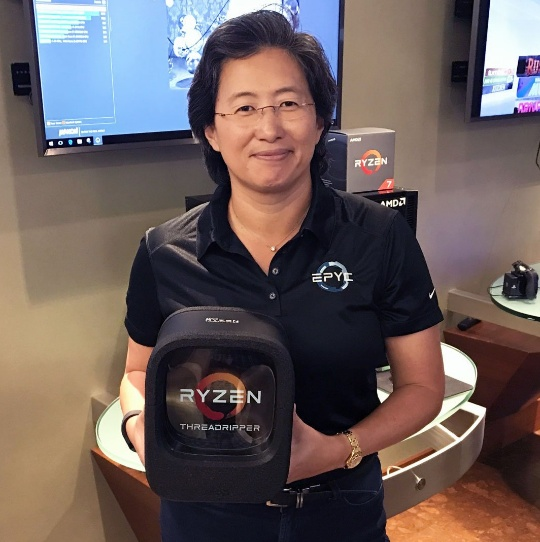 Лиза Су с розничной упаковкой Ryzen Threadripper